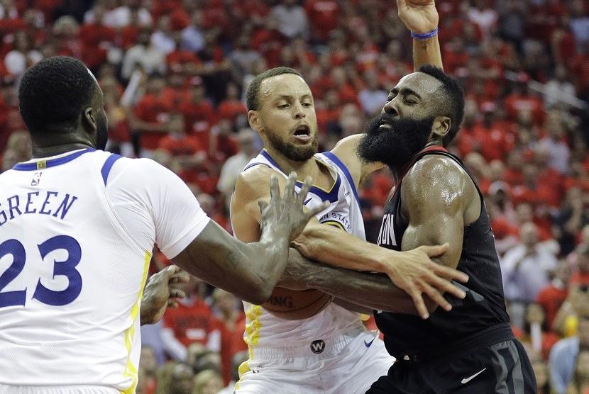 Pemain Houston Rockets James Harden dihadang pemain Golden State Warriors Stephen Curry di gim kedua final wilayah barat NBA