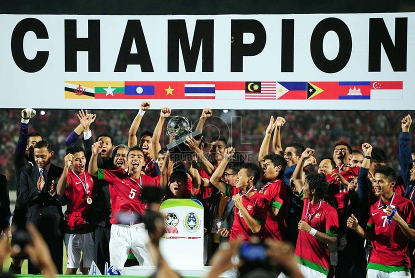 Pemain Indonesia mengangkat piala dalam pertandingan Final Piala AFF U19 di Stadion Deltra Sidoarjo, Jawa Timur, Ahad (22/9). (Republika/Edwin Dwi Putranto)