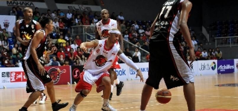 Pemain Indonesia Warriors, Mario Wuysang, menggiring bola dalam pertandingan lanjutan Asean Basketball League (ABL) 2012.