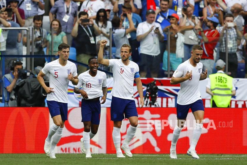Pemain Inggris Harry Kane merayakan gol dengan rekan setimnya setelah mencetak gol kedua timnyapada  pertandingan grup G Piala Dunia 2018 antara Inggris dan Panama   di Nizhny Novgorod Stadium , Rusia, Ahad (24/6).