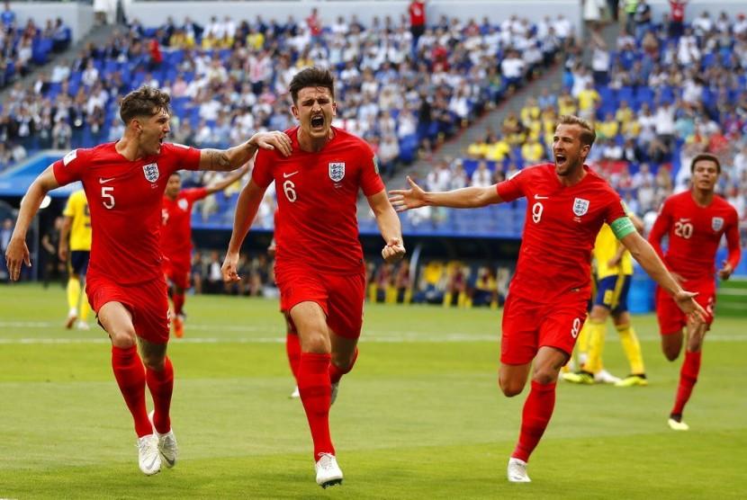 Pemain Inggris Harry Maguire, tengah, merayakan dengan rekan timnya setelah mencetak gol pembuka timnya selama pertandingan perempat final antara Swedia dan Inggris di Piala Dunia Sepak Bola 2018 di Samara Arena, di Samara, Rusia, Sabtu, 7 Juli 2018.