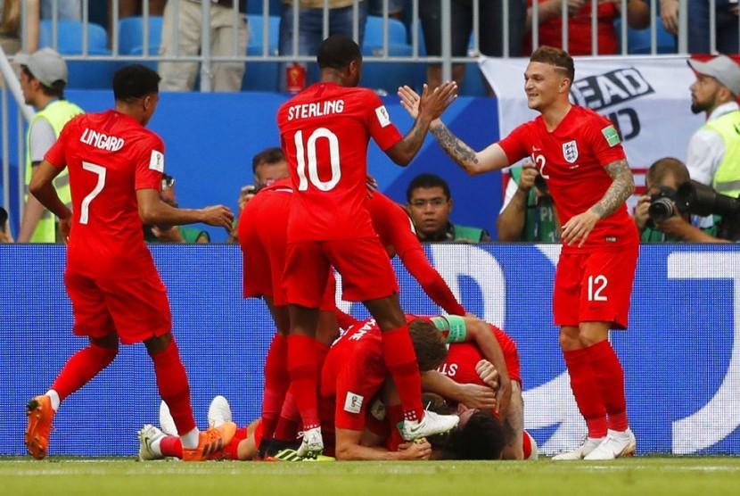 Pemain Inggris merayakan setelah mencetak gol pertama tim mereka selama pertandingan perempat final antara Swedia dan Inggris di Piala Dunia Sepak Bola 2018 di Samara Arena, di Samara, Rusia, Sabtu, 7 Juli 2018.