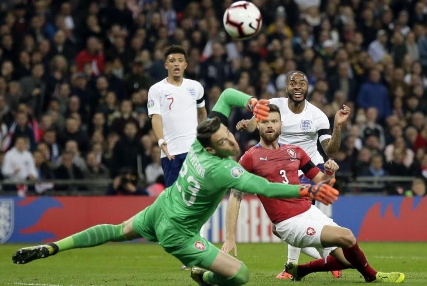 Pemain Inggris Raheem Sterling (kanan) mencetak gol ketiganya dalam babak kualifikasi Piala Eropa 2020 yang mempertemukan Inggris dengan Republik Cheska di stadion Wembley, London, Sabtu (23/3).