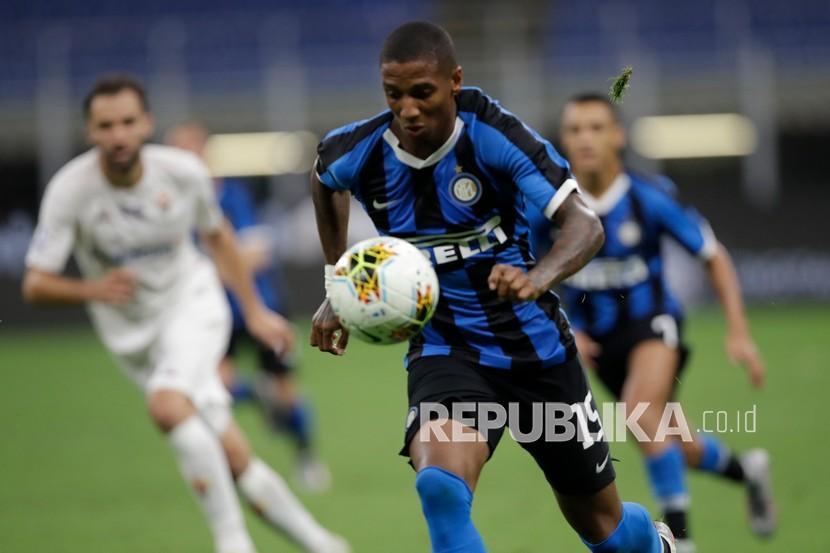 Pemain sayap Inter Milan Ashley Young saat berlari dengan bola.