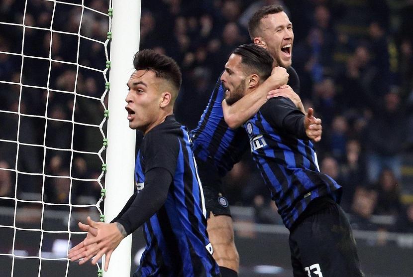 Pemain Inter Milan, Danilo D Ambrosio merayakan gol bersama Ivan Perisic dalam pertandingan Inter melawan Sampdoria di Giuseppe Meazza, Milan, Ahad (17/2).