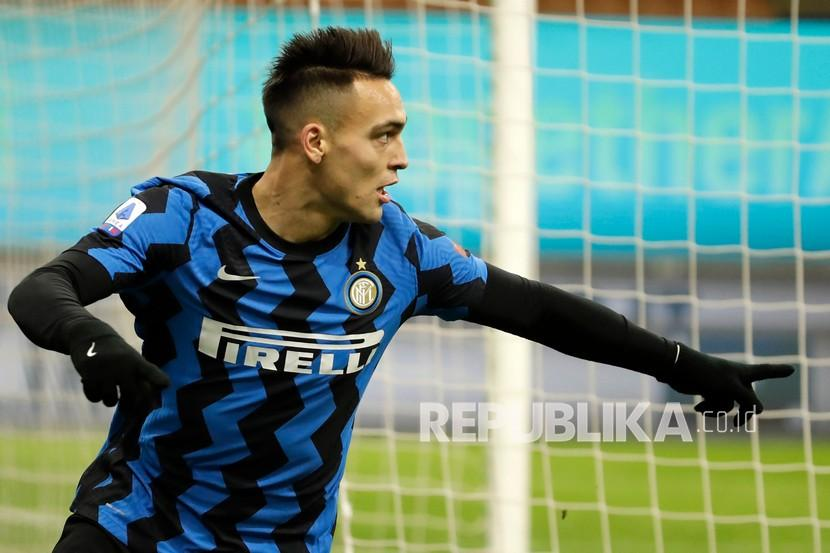 Pemain  Inter Milan Lautaro Martinez merayakan golnya melawan Lazio dalam pertandingan sepak bola Serie A antara Inter Milan dan Lazio di stadion San Siro di Milan, Italia, Senin (15/2) dini hari WIB.