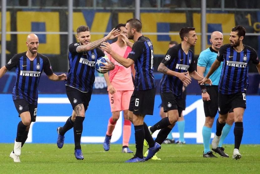 Pemain Inter Milan, Mauro Icardi (dua kiri), melakukan selebrasi bersama rekan setimnya saat menghadapi Barcelona di laga Grup B Liga Champions di StadionGiuseppe Meazza, Milan, Italia, Selasa (6/11).