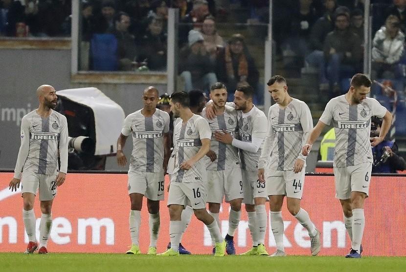Pemain Inter Milan Mauro Icardi (keempat dari kanan) merayakan gol ke gawang AS Roma dalam lanjutan Serie A, di Rome Olympic Stadium, Senin (3/12)