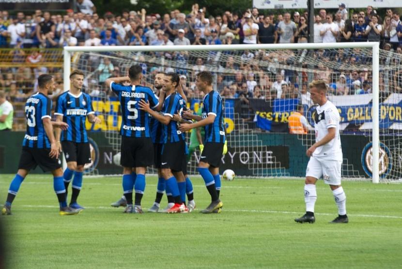 Pemain Inter Milan melakukan selebrasi usai menang 2-0 dari klub Swiss, Lugano, dalam laga uji coba di Lugano, Swiss, pada 14 Juli 2019.