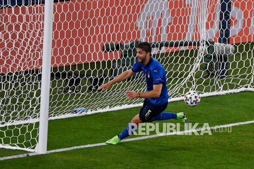 Pemain Italia Manuel Locatelli melakukan selebrasi usai mencetak gol pertama timnya pada pertandingan Grup A Euro 2020 antara Italia dan Swiss di Stadion Olimpiade Roma, Kamis (17/6) dini hari WIB.