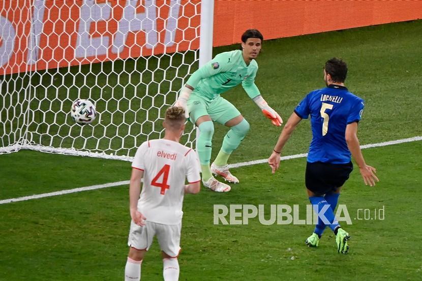 Pemain Italia Manuel Locatelli mencetak gol pertama timnya saat pertandingan grup A Piala Eropa 2020 antara Italia dan Swiss di stadion Olimpiade Roma, Kamis (17/6) dini hari WIB.