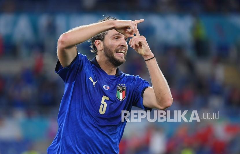 Pemain Italia Manuel Locatelli merayakan setelah mencetak gol pembuka timnya pada pertandingan grup A kejuaraan sepak bola Euro 2020 antara Italia dan Swiss di stadion Olimpiade di Roma, Kamis (17/6) dini hari WIB.