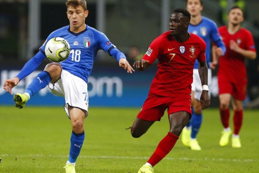 Pemain Italia Nicolo Barella mengontrol bola saat menghadapi Portugal pada pertandingan Liga Bangsa-Bangsa.