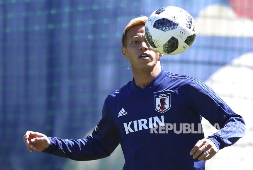 Pemain Jepang Keisuke Honda melakukan latihan  saat sesi latihan tim nasional Jepang di Piala Dunia Sepak Bola 2018 di Kazan, Rusia, Ahad (17/6).