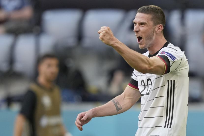 Pemain Jerman Robin Gosens merayakan golnya ke gawang Portugal dalam pertandingan Grup F Euro 2020 di Allianz Arena, Muenchen, Sabtu (19/6).