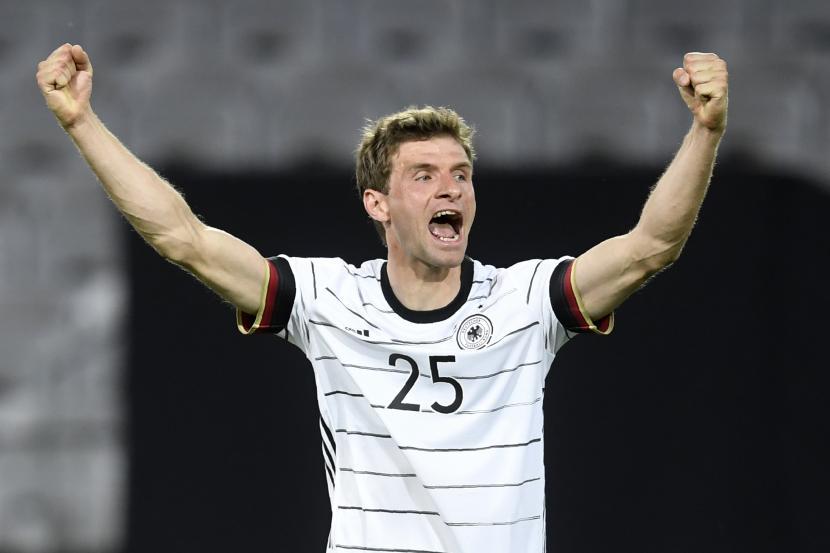Pemain Jerman Thomas Muller merayakan setelah rekan setimnya Florian Neuhaus mencetak gol pembuka selama pertandingan sepak bola persahabatan internasional antara Jerman dan Denmark di Tivoli Stadion Tirol di Innsbruck, Austria, Rabu, 2 Juni 2021.