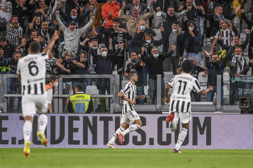 Pemain Juventus Alvaro Morata, tengah, merayakan mencetak gol pembuka timnya selama pertandingan sepak bola Serie A antara Juventus dan AC Milan, di stadion Turin Allianz, Italia, Minggu, 19 September 2021.