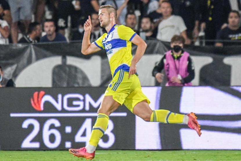 Pemain Juventus Matthijs de Ligt berselebrasi seusai menjebol gawang Spezia di Serie A.