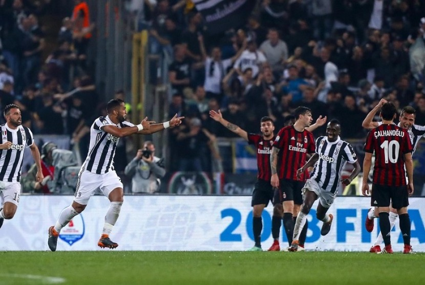 Pemain Juventus Medhi Benatia (dua dari kiri) merayakan gol ke gawang AC Milan dalam final Coppa Italia, di Rome Olympic Stadium, Kamis (10/5) WIB dinihari.
