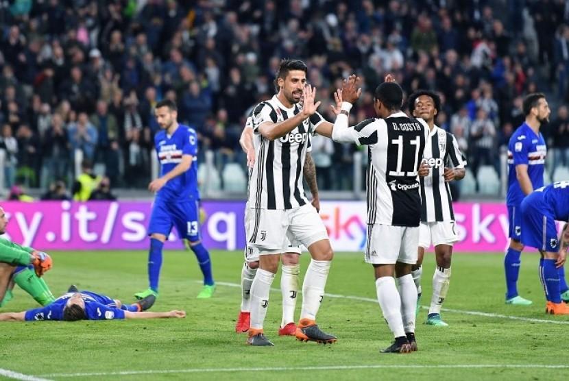 Pemain Juventus Sami Khedira merayakan gol bersama rekan setimnya Douglas Costa di Alianz Stadium, Turin, Italia. Dalam pertandingan ini, Juventus menang 3-0 atas Sampdoria.