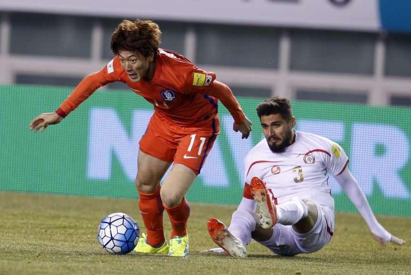 Pemain Korea Selatan Hwang Ui-Jo beraksi melawan Youssef Mohamad dari  Lebanon dalam pertandingan penyisihan Piala Dunia 2018.