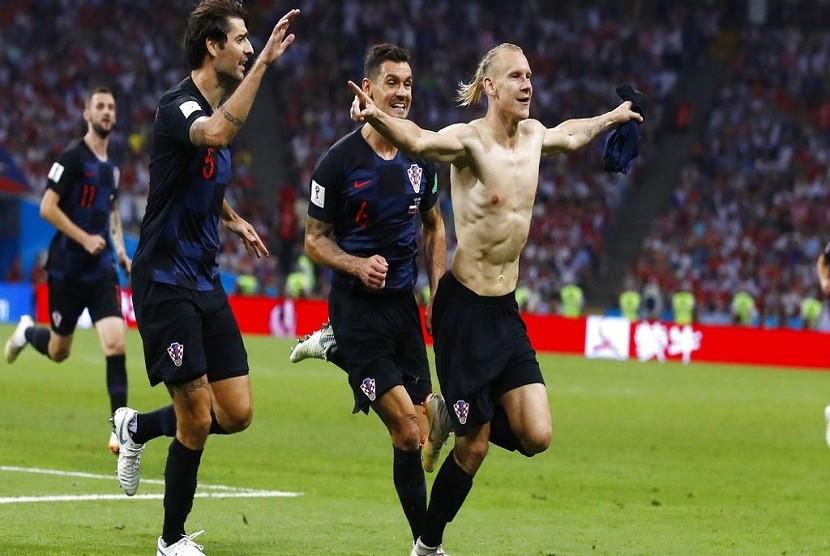 Pemain Kroasia Domagoj Vida (kanan) menggelar selebrasi setelah memasukkan gol pada Perempat Final Rusia melawan Kroasia, di Sochi, Sabtu (7/7)