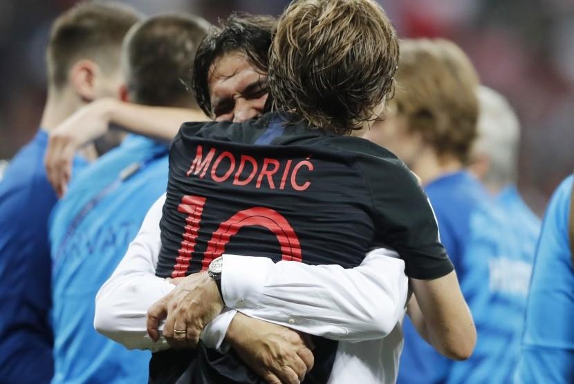 Pemain Kroasia Luka Modric memeluk pelatih Zlatko Dalic.
