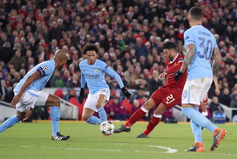 Pemain Liverpool Alex Oxlade-Chamberlain beraksi mencetak gol dalam pertandingan seperemat final Liga Champions melawan Manchester City di Anfield, Liverpool, Inggris, Kamis dini hari (5/4).