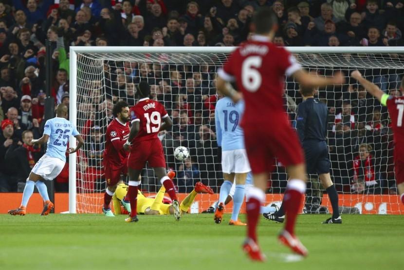 Pemain Liverpool Mohamed Salah, kedua dari kiri, setelah mencetak gol saat melawan Manchester City, di lapangan Anfield, Liverpool, Inggris, (5/4).