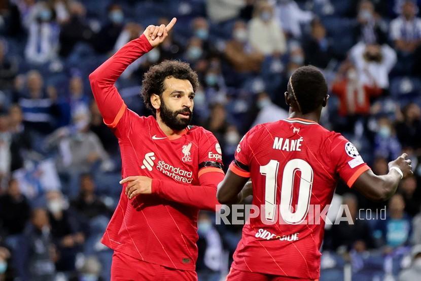 Pemain Liverpool Mohamed Salah (kiri) dan Sadio Mane.
