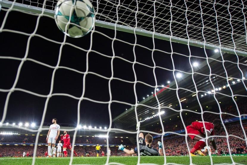 Pemain Liverpool Sadio Mane (kanan) mencetak gol keenam Liverpool ketika mengalahkan Spartak Moskow 7-0 pada Grup E Champions League UEFA di Stadion Anfield, Liverpool, Inggris, Kamis (7/12) dini hari WIB.