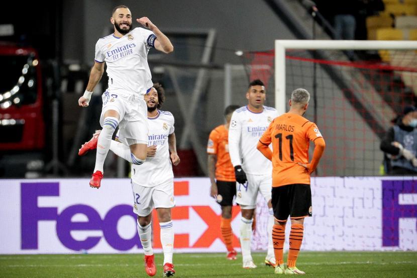 Pemain Madrid Karim Benzema merayakan gol ke gawang Shakhtar Donetsk. Madrid menang telak 5-0 dari tuan rumah Shakhtar pada pertandingan lanjutan Liga Champions, Rabu (20/10) dini hari WIB.