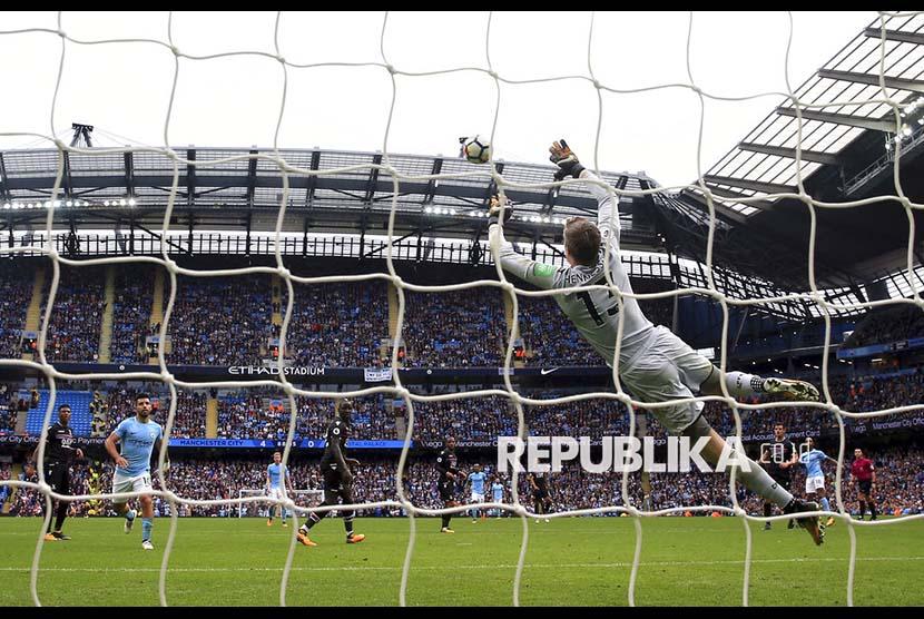 Pemain Manchester City Fabian Delph mencetak gol kelima City ke gawang Crystal Palace pada pertandingan Liga Primer Inggris di Etihad Stadium, Sabtu (23/9) malam.