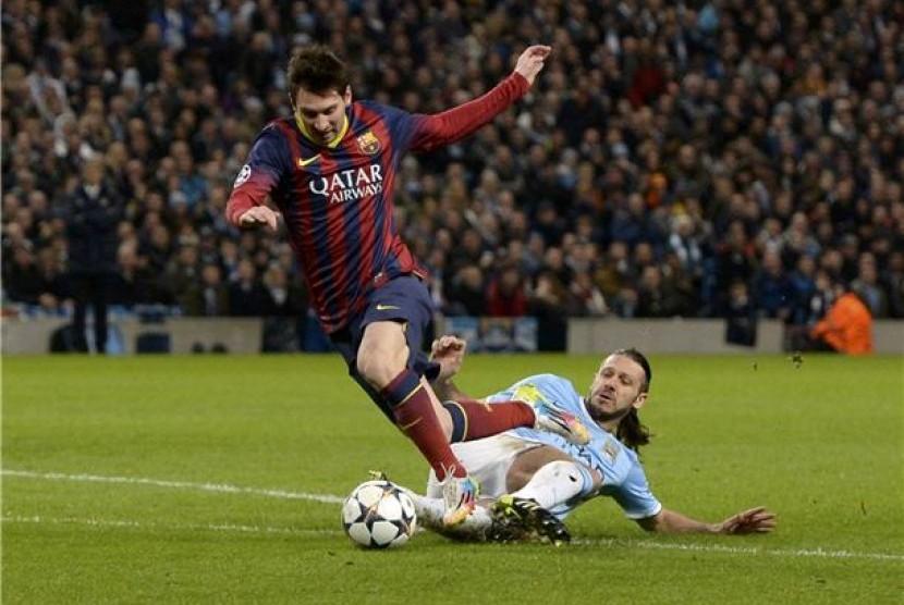 Pemain Manchester City, Martin Demichelis (kanan), melanggar striker Barcelona, Lionel Messi, dalam leg pertama babak 16 besar Liga Champions di Stadion Etihad, Manchester, Selasa (18/2).