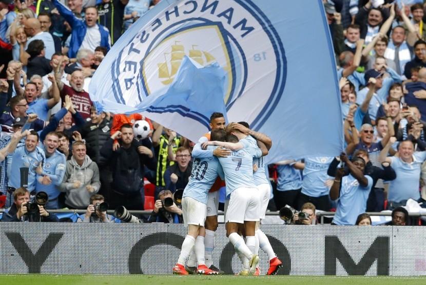 Pemain Manchester City merayakan gol ketiga pada laga final Piala FA melawan Watford di Stadion Wembley, Sabtu (18/5). City menang telak 6-0.