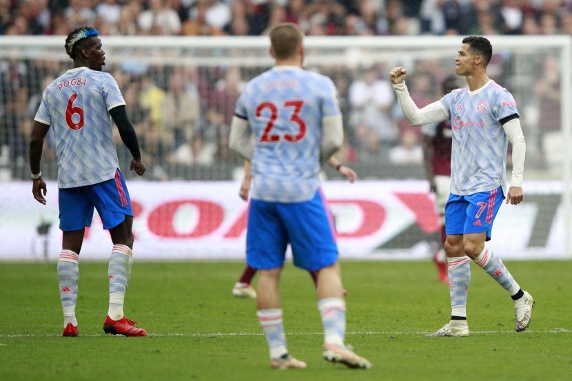 Pemain Manchester United Cristiano Ronaldo (kanan), merayakan setelah mencetak gol pertama timnya selama pertandingan sepak bola Liga Premier Inggris antara West Ham United dan Manchester United di Stadion London di London, Inggris, Minggu, 19 September 2021.