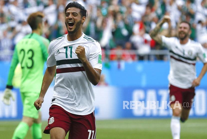 Pemain Meksiko Carlos Vela melakukan selebrasi  usai mencetak gol pada pertandingan grup F Piala Dunia 2018  antara meksiko dan Korea Selatan di Stadion Fisht di Sochi, Rusia, Sabtu (23/6).
