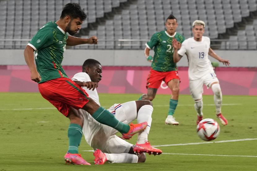 Pemain Meksiko Eduardo Aguirre (kiri), mencetak gol ke gawang Prancis dalam pertandingan sepak bola putra di Olimpiade Musim Panas 2020, Kamis, 22 Juli 2021, di Tokyo, Jepang. Prancis kalah 1-4 atas Meksiko.