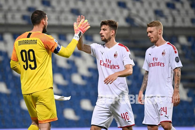 Pemain Milan Simon Kjaer (kanan) Gianluigi Donnarumma (kiri) dan Matteo Gabbia merayakan kemenangan timnya pada pertandingan sepak bola Serie A Italia antara Sassuolo dan Milan di stadion Mapei di Reggio Emilia, Italia, Selasa (21/7/2020).
