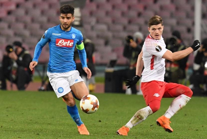 Pemain Napoli Lorenzo Insigne (kiri) berebut bola dengan pemain RB Leipzig, Marcel Sabitzer (kanan).