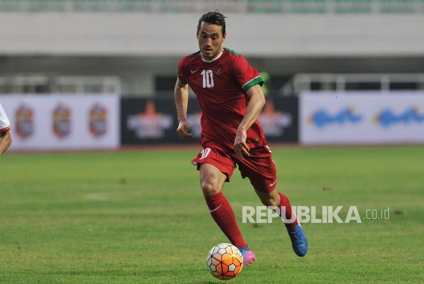 Pemain naturalisasi timnas Indonesia U-22 Ezra Walian saat laga persahabatan melawan Myanmar di Stadion Pakansari, Cibinong, Bogor, Selasa (21/3).