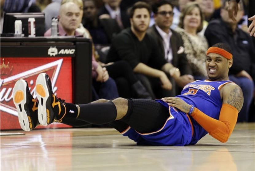 Pemain New York Knicks, Carmelo Anthony, mengerang kesakitan akibat terjatuh dalam posisi salah saat menghadapi Cleveland Cavaliers di laga NBA di Cleveland pada Senin (4/3).