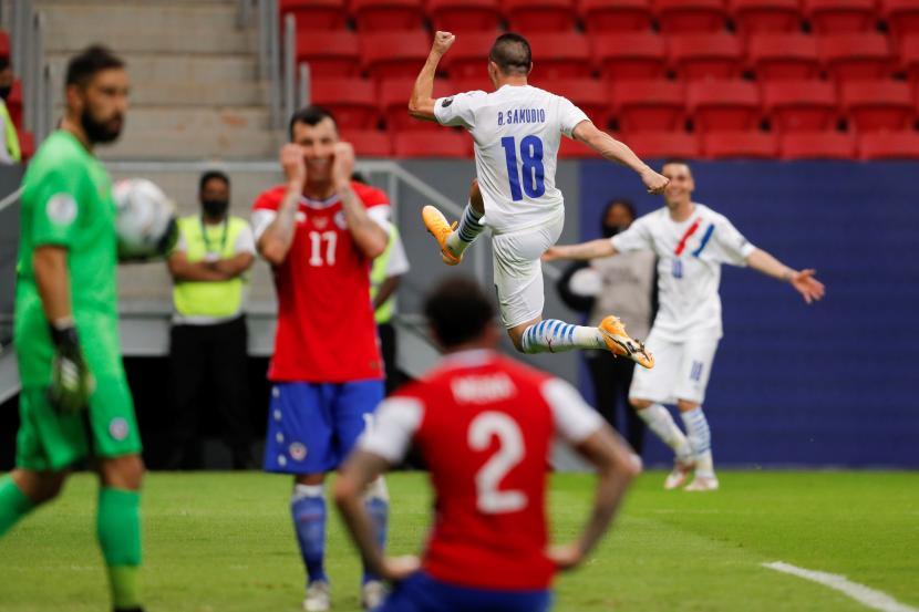 Pemain Paraguay Braian Samudio (nomor punggung 18) melakukan selebrasi usai mencetak gol ke gawang Cile pada lanjutan Copa America 2021, Jumat (25/6).