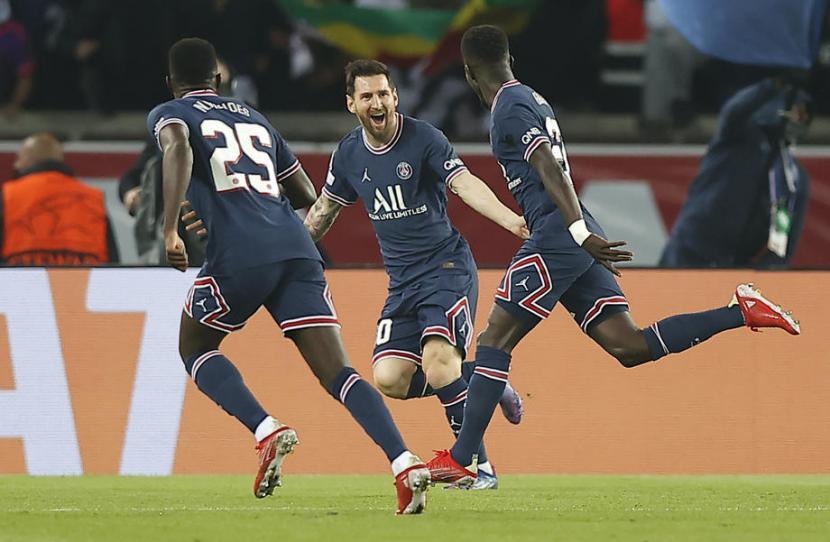 Pemain Paris Saint Germain (PSG) Idrissa Gueye (kanan) merayakan golnya ke gawang Manchester City bersama Lionel Messi (tengah).