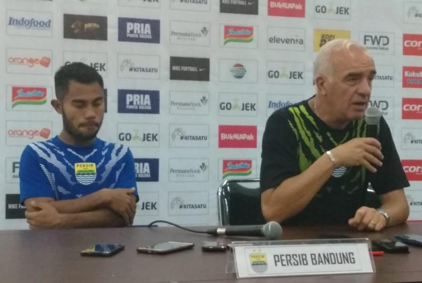 Pemain Persib Bandung, Ardi Idrus (kiri) dan pelatih Persib, Mario Gomez di Gelora Bandung Lautan Api, Bandung, Kamis (31/5).