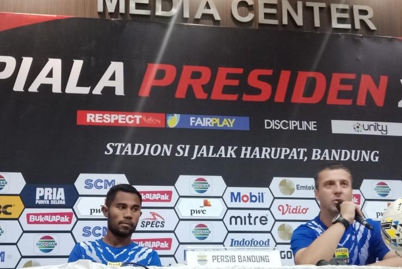 Pemain Persib Bandung Ardi Idrus (kiri) dan pelatih Persib Miljan Radovic (kanan) di Stadion Si Jalak Harupat, Kabupaten Bandung, Selasa (12/3).
