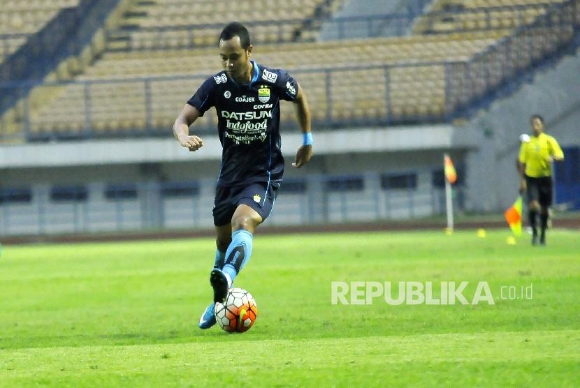 Pemain Persib Bandung Atep mendribble bola ke arah gawang lawan saat melawan Persika Karawang dalam pertandingan uji coba di Stadion Gelora Bandung Lautan Api (GBLA), Kota Bandung, Rabu (5/4).