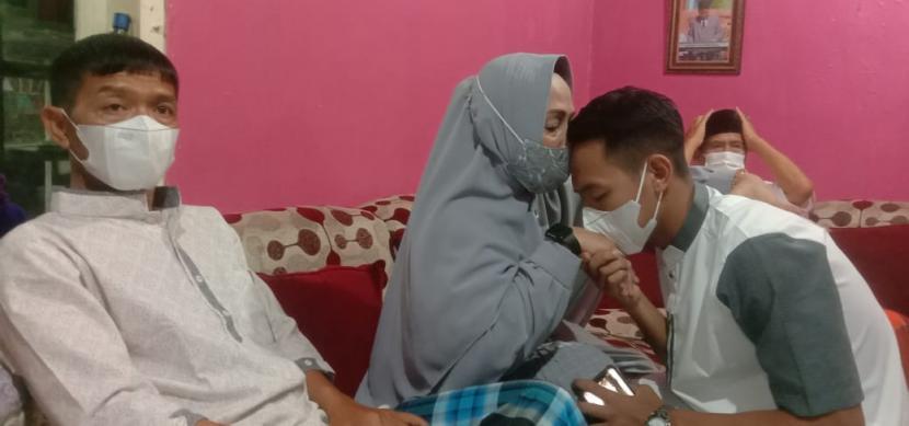 Pemain Persib Bandung, Gian Zola Nasrullah dan Beckham Putra Nugraha melakukan sungkeman dengan pada orang tuanya di Gedebage, Kota Bandung, Kamis (13/5).
