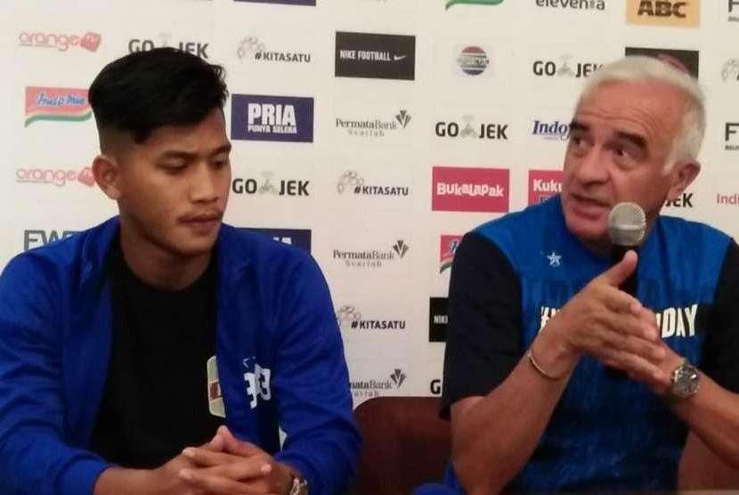 Pemain Persib Bandung, Indra Mustafa (kiri) dan pelatih Persib, Mario Gomez (kanan) di Graha Persib, Bandung, Jumat (3/8).