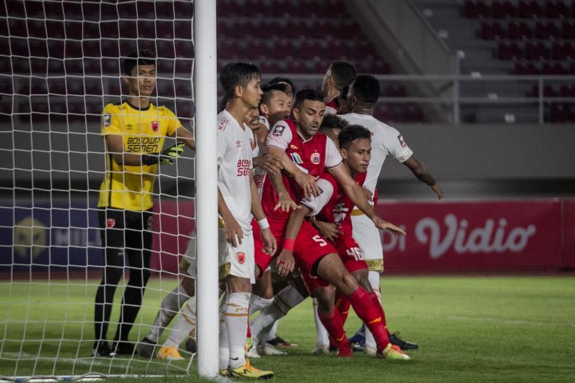Pemain Persija Jakarta berdesak-desakan dengan pemain PSM Makassar saat terjadi tendangan sudut pada Semifinal Leg ke-2 Piala Menpora di Stadion Manahan, Solo, Jawa Tengah, Ahad (18/4/2021).